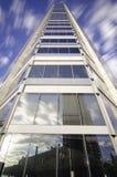 Lange Belichtung eines Gebäudes unter Verwendung eines Weitwinkelobjektivs stockfoto
