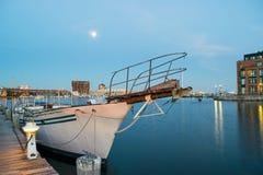 Lange Belichtung eines Segelboots angekoppelt im inneren Hafen in Baltim stockbild