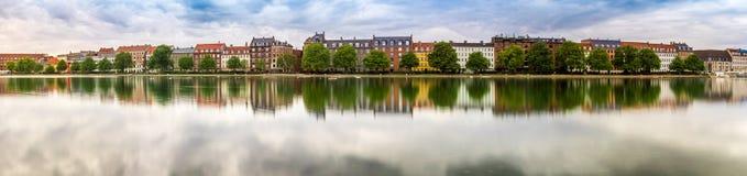 Lange Belichtung mit Seeuferhäusern in der Stadt Lizenzfreies Stockfoto