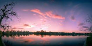 Lange Belichtung mit Wolken im Frühjahr im Titan-Park, Bucha Lizenzfreies Stockfoto
