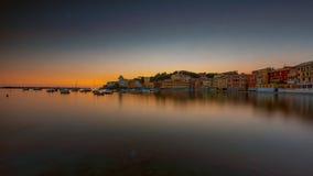 Lange Belichtung in Sestri Levante an der blauen Stunde lizenzfreie stockbilder