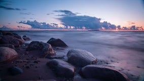 lange Belichtung, Sonnenuntergang in Meer, drastischer Himmel lizenzfreie stockfotos