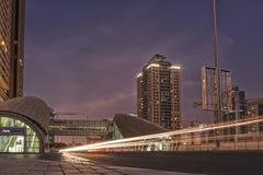 Lange Belichtung UAE/DUBAI am 9. September 2012 - mit Schienen von Autos Stockbilder