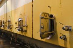 Lange Belichtung von Edelstahlfermentationsbehältern Stockfotografie