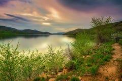 Lange Belichtung von Gebirgssee bei Sonnenuntergang lizenzfreie stockfotografie