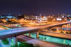 Lange Belichtung von Landstraßen in der Nacht in Baltimore, Maryland lizenzfreie stockfotos