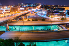 Lange Belichtung von Landstraßen in der Nacht in Baltimore, Maryland lizenzfreies stockbild
