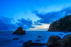 Lange Belichtung von Meer und von Felsen Stockfotos