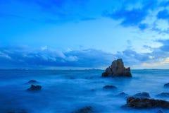 Lange Belichtung von Meer und von Felsen Lizenzfreie Stockfotos