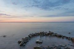 Lange Belichtung von nebelhaftem Ozean und von Felsen Stockfotos