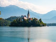 Lange Belichtung von See ausgeblutetem Slowenien, früher Morgen, bewölkter Tag, Reflexionen im Wasser lizenzfreie stockfotos