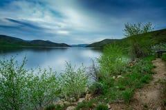 Lange Belichtung von See mit blauem Himmel lizenzfreies stockfoto