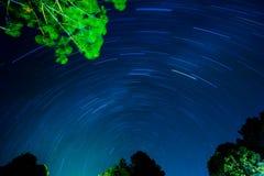 Lange Belichtung von Sternspuren Stockfotos