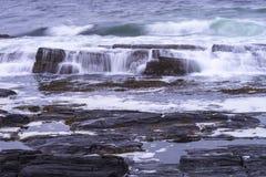 Lange Belichtung von zusammenstoßenden Wellen stockbilder