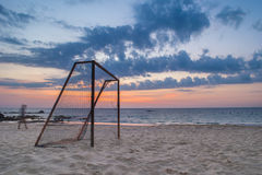 Lange Belichtungshimmel- und -strandansicht mit Fußballziel lizenzfreies stockbild
