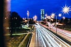 Lange Belichtungsphotographie eines beschäftigten Verkehrs nachts in München stockfoto
