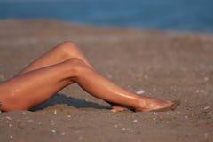 Lange benen op het strand Royalty-vrije Stock Foto