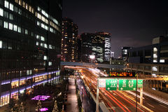 Lange Berührung der Datenbahn und der Gebäude in Tokyo stockfotografie