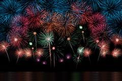Lange Berührung der Feuerwerke Auswahl und des Reflectio Stockfotografie
