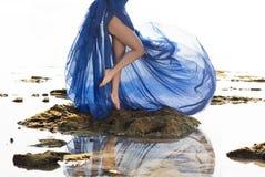 Lange blauwe geklede slanke vrouwenbenen bij het strand Royalty-vrije Stock Afbeeldingen
