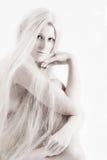 Lange blonde behaarte künstlerische Schönheit, die heraus Sie überprüft Lizenzfreie Stockbilder
