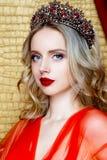 Lange blonde het haarkroon van de schoonheids jonge koningin op haar hoofd dichte omhooggaande en rode lippen Royalty-vrije Stock Afbeelding