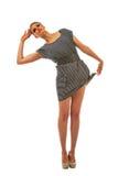 Lange blonde vrouw die de boord van haar kleding houdt stock afbeeldingen