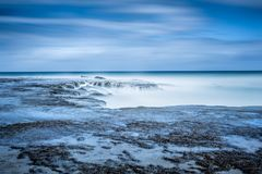 Lange blootstelling bij Anglesea-strand, enkel van Grote Oceaanweg i royalty-vrije stock fotografie