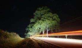 Lange blootstelling, op een route aan de nacht stock fotografie