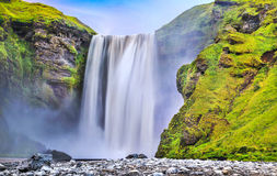 Lange blootstelling van beroemde Skogafoss-waterval in IJsland bij schemer Royalty-vrije Stock Foto