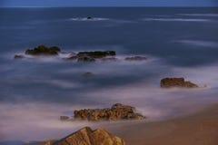 Lange blootstelling van de strandrekken royalty-vrije stock fotografie