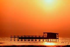 Lange blootstelling van magische zonsopgang over de oceaan met een hut in Royalty-vrije Stock Afbeeldingen