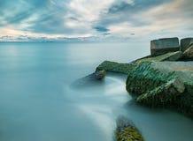 Lange blootstelling van oceaan met concrete pijlers royalty-vrije stock fotografie
