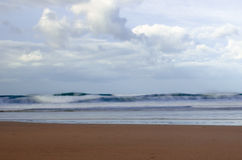 Lange Blootstelling van Oceaanbrandingsgolven en Sandy Beach Royalty-vrije Stock Fotografie