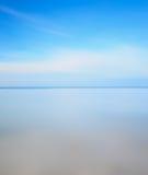 Lange blootstellingsfoto. De lijn, het overzees en de hemel van de horizon Stock Afbeelding