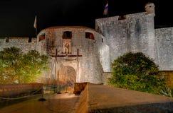 Lange blootstellingsfoto van de voorzijde van de hoofdingang van de muur van de ommuurde stad van Dubrovnik stock foto