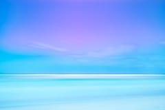 Lange blootstellingsfotografie. Zachte overzees en blauwe hemel. Royalty-vrije Stock Fotografie