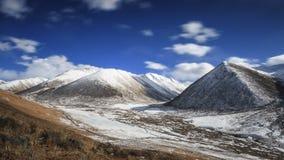 Lange blootstellingszonsondergang over landschap van Berg het Tibetaanse Himalayan in de provincie van Sichuan, China stock fotografie