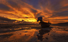 Lange boot en tropisch strand in Karon-strand Phuket, Thailand Stock Afbeelding