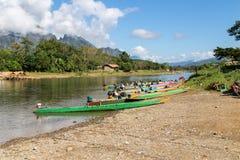 Lange boot in Liedrivier in Vang Vieng Royalty-vrije Stock Afbeeldingen