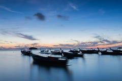 Lange Boote des Belichtungsschattenbild-langen Schwanzes mit Sonnenaufganghimmel in Koh Lipe Island Stockbilder