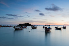 Lange Boote des Belichtungsschattenbild-langen Schwanzes mit Sonnenaufganghimmel in Koh Lipe Island Stockfotografie