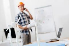 Lange bouwer die met werkgevers op de telefoon communiceren Royalty-vrije Stock Afbeeldingen
