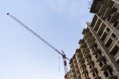 Lange bouwkraan, bouw van een woonwolkenkrabber royalty-vrije stock afbeeldingen