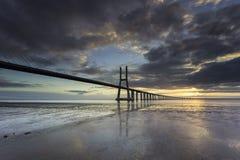 Lange Brücke über dem Tajo in Lissabon bei Sonnenaufgang stockfotos