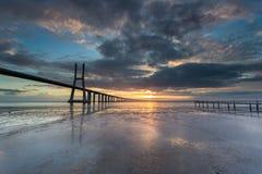 Lange Brücke über dem Tajo in Lissabon bei Sonnenaufgang lizenzfreie stockfotos