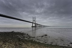 Lange Brücke über dem Tajo in Lissabon an der Dämmerung lizenzfreie stockfotos