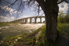 Lange Brücke auf dem Fluss Lizenzfreie Stockbilder