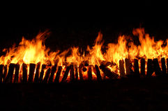 Lange brand met houtskool stock afbeelding