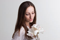 Lange Brown-Haar-Frau mit subtiler Gesichts-und weißerblume lizenzfreies stockfoto